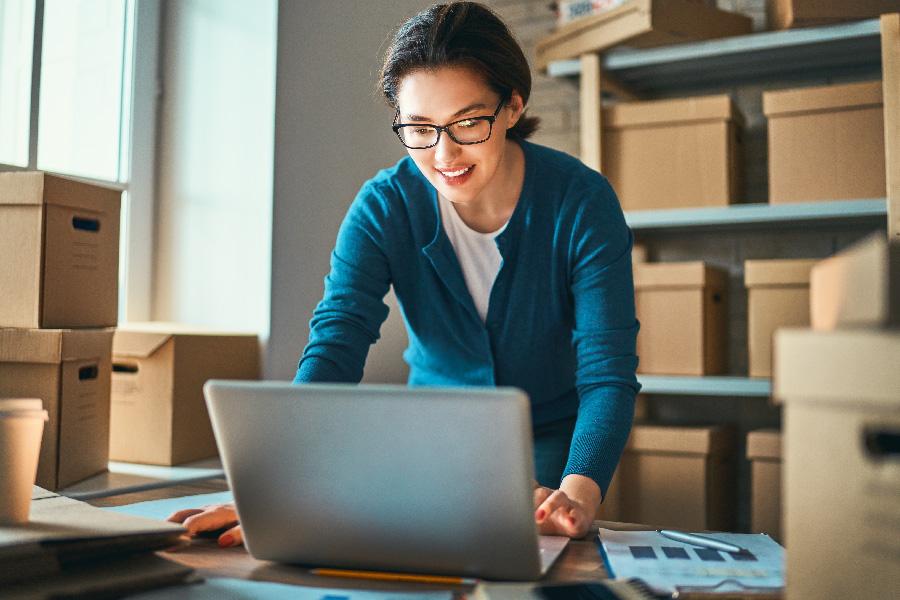 imagen de mujer sonriendo manejando software erp